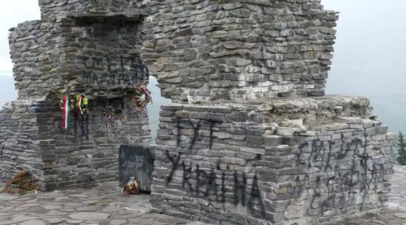 """A vereckei emlékmű legújabb felirata: """"Halál a magyarokra"""""""