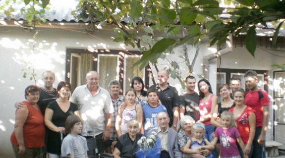 Kenéz András felesége és rokonai körében