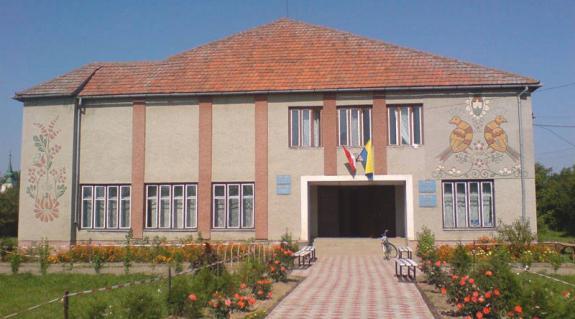 A Szalókai Községi Tanács épülete. Itt regionális nyelv lett a magyar.