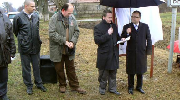 Kovács Béla, jobbikos, európai parlamenti képviselő és Gajdos István, UMDSZ-elnök, jelenleg régiós parlamenti képviselő rovásírásos városnévtáblát avatnak Beregszászban