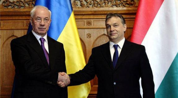 Az ukrán kormányfőt március 28-án fogadta Orbán Viktor, Magyarország miniszterelnöke. Azarov elítélte a március 16-án, Ungváron magyarokat ért támadást.