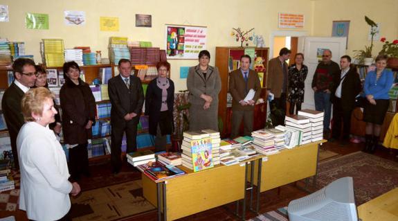 Az ajándékkönyvek átadása az iskola könyvtárában