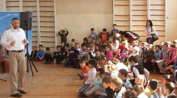 A Kolompos együttes a munkácsi iskolában