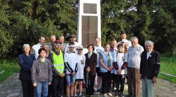 Indulás előtt az aknaszlatinai emlékműnél