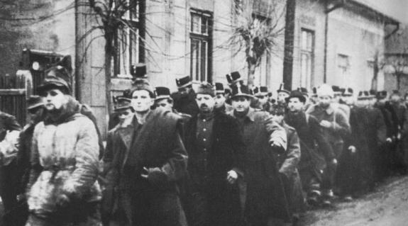 Néhányan a szovjet fogságba esett 600 000 magyar állampolgárból. (A menetben civilek is láthatóak.)
