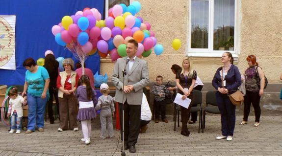Csapon Kovács Miklós, a KMKSZ elnöke köszönti a gyermeknap résztvevőit
