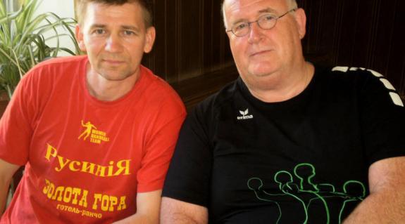 Borisz Petrovszkij vezetőedző és Anton van Boesschoten, a Kárpáti holland kapusedzője