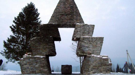 Az emlékmű Kucinék gyújtogatása után