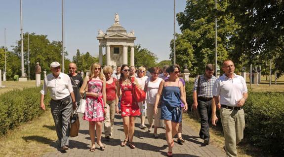 A KMKSZ Ungvári Középszintű Szervezete és a Kárpátaljai Népfőiskolai Egyesület közös szervezésű kirándulásának résztvevői az Ópusztaszeri Nemzeti Történeti Emlékparkban.