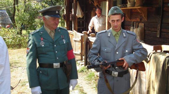 Sztanyiszlav Arzsevityin parlamenti képviselő nagyszabású rendezvényén német katonák érkeznek és vidám lövöldözés kezdődik Alsókalocsán