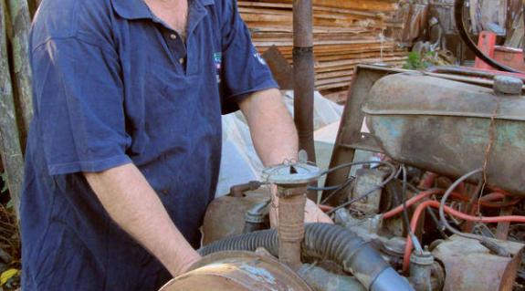 Tar Lajos az egyik általa készített traktorral