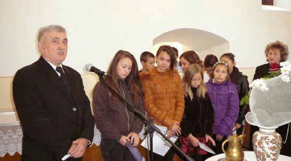 Gerendely Béla és a fellépő keresztúri diákok