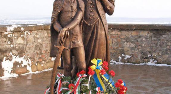 Az ifjú Rákóczi Ferenc és Zrínyi Ilona szobra a munkácsi várban