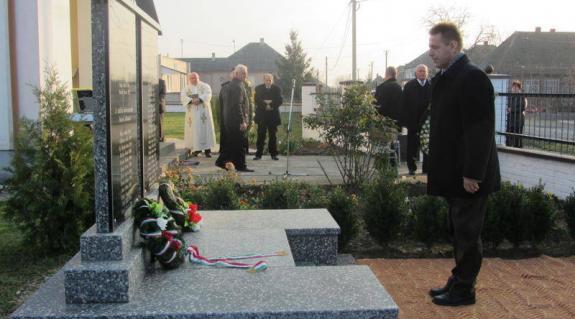 Kovács Miklós, a KMKSZ elnöke megkoszorúzza az emlékművet