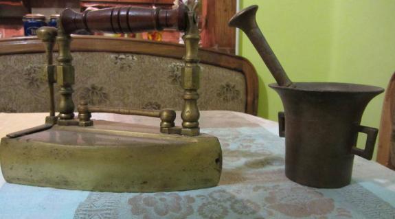 Sárgaréz vasaló és mozsár Kopasz Bertalan régiségei közül