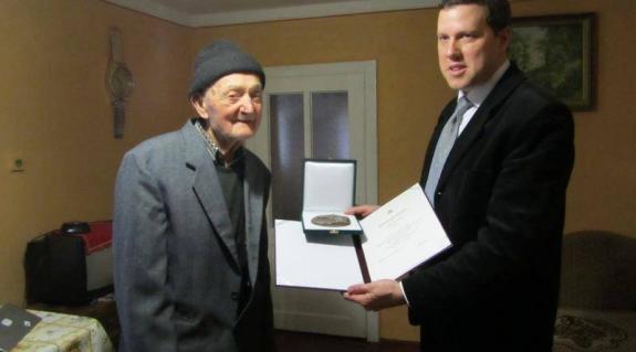 Dr. Trieb Gergely konzul átadja az emlékérmet Dóka Károlynak