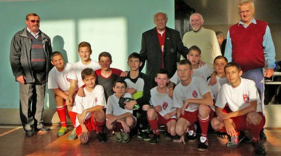 A győztes nagydobronyi csapat Buzánszky Jenővel, Fülöp Sándorral és testnevelő tanáraikkal: Sütő Istvánnal és Hidi Sándorral