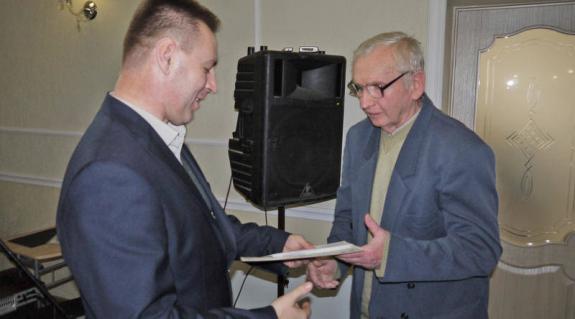 Kovács Miklós átnyújtja a Fodó Sándor-díjat Demes László nyugalmazott magyartanárnak