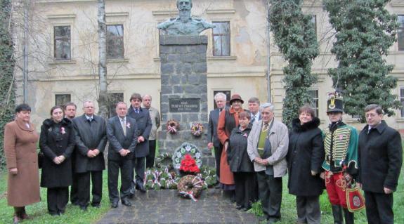 Megkoszorúzták Nagyszőlősön a Perényi-szobrot