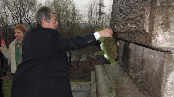 Gulácsy Géza koszorúz az obeliszknél