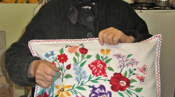 Bakó Margit egyik munkáját mutatja
