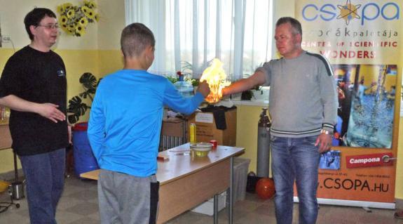 Pataki Attila előadásán meggyújtották az angoltanárt...