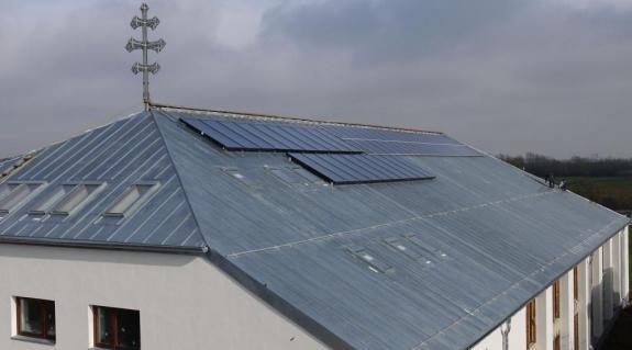 """Nemsokára """"termelni"""" is fognak az új épületen elhelyezett napelemek és napkollektorok"""