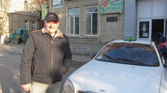 Erdei János – taxija mellett