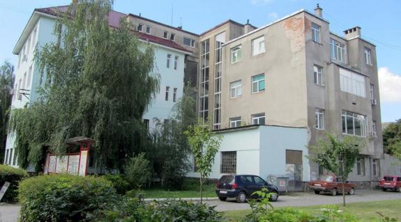 A baleseti és a sebészeti osztályt is magába foglaló kórházi épület