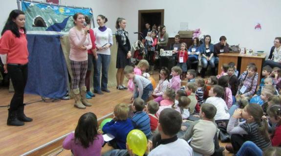 A Bagolyvár tagjai szórakoztatják a gyereksereget
