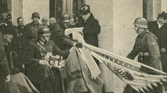 Vásárhelyi Andor ezredparancsnok felesége szalagot köt a zászlóra, mellette vitéz Szombathelyi Ferenc és Perényi Zsigmond báró
