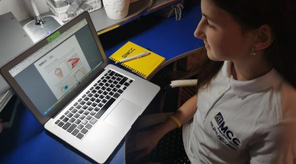 Fábián Jázmin 7.osztályos MCC FIT diák online tanulás közben