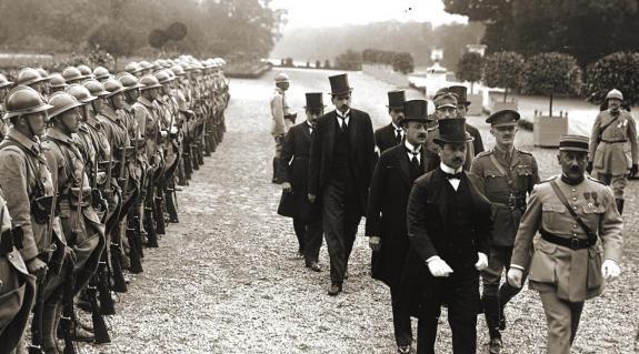 A magyar küldöttség érkezése a békeszerződés aláírására