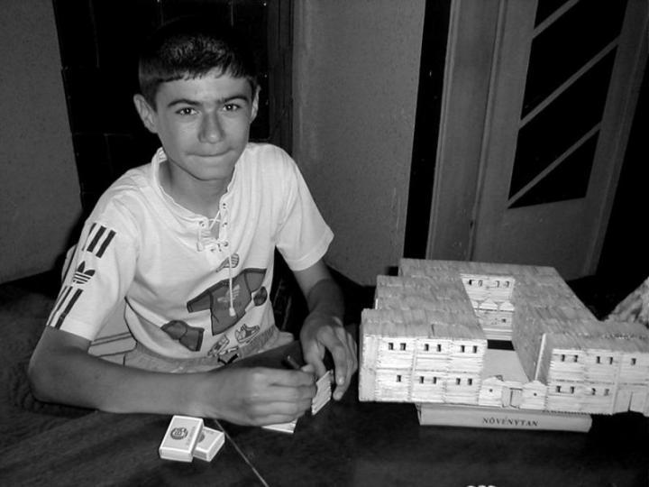 Henkel György iskolája makettjén dolgozik
