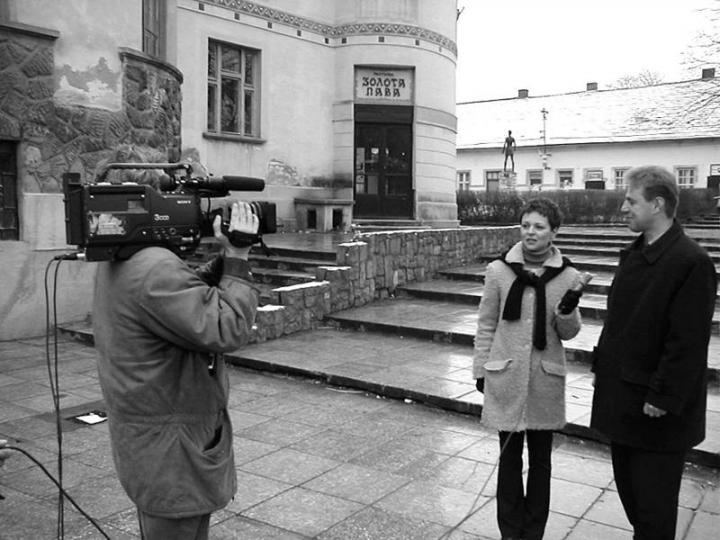 Szeiberling Krisztina műsorvezető interjút készít Kovács Miklóssal, a KMKSZ elnökével a volt beregszászi Arany Páva étterem előtt