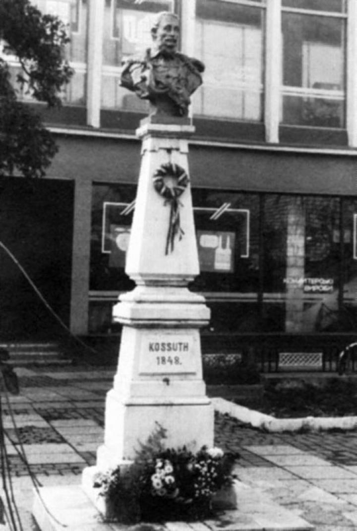 A técsői Kossuth-szobor