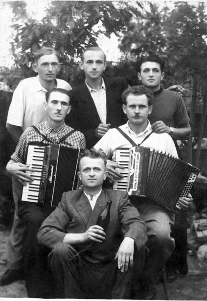 Muzsikusok a 60-as évek elejéről. Köztük Simon Ferenc harmonikás (jobbról).