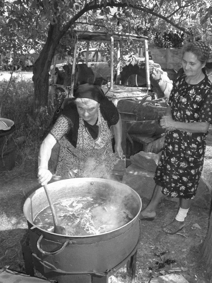 Benedek Mariska és Szanyi Erzsébet az üst mögött