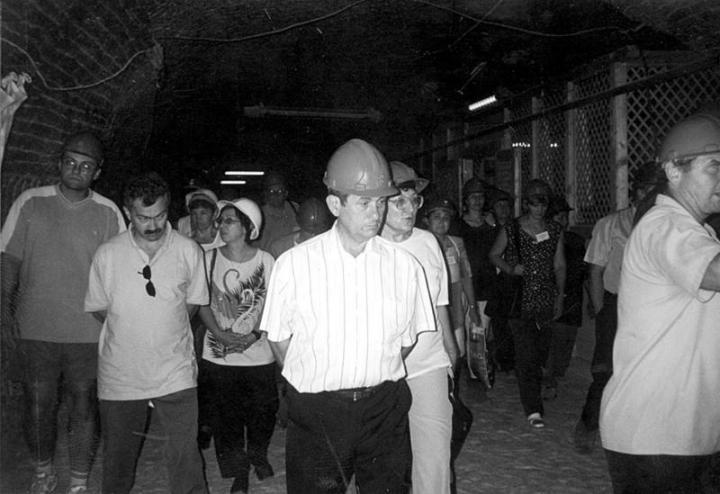 A konferencia résztvevői a föld alatt