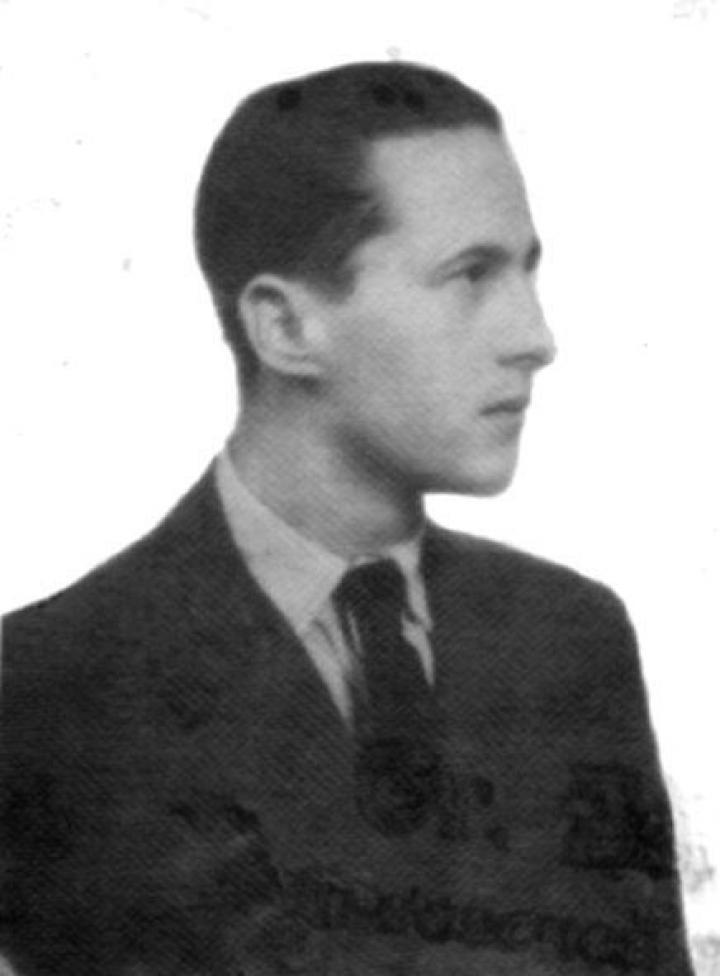 Márkus Endre a 40-es években és ma nevezetes harmonikájával