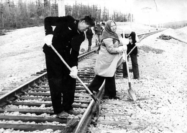 Épülget a hatalmas vasút