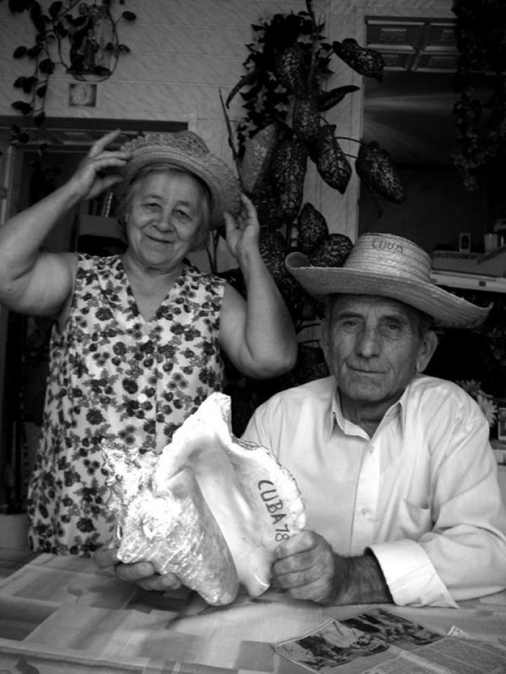 Babics Mihály és felesége, Vera, a Kubából hozott szuvenirekkel