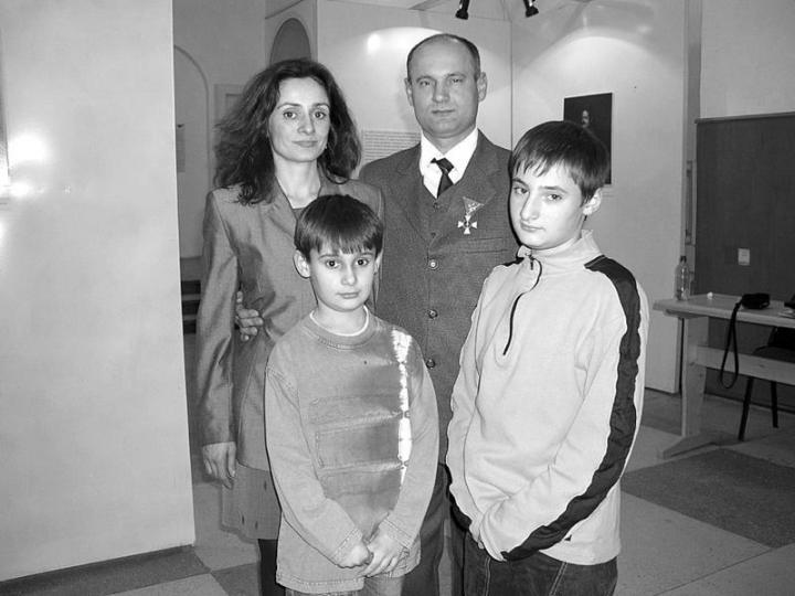 Matl Péter családjával a kitüntetés átvétele után