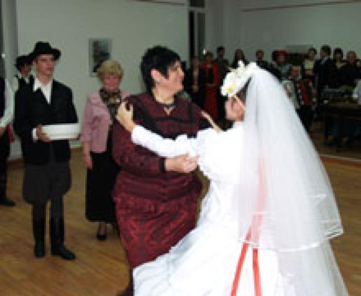 A főiskola elnök asszonya is megforgatta a menyasszonyt
