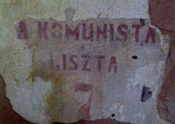 A lehullt vakolat alól előtűnt korabeli felirat egy ma is álló nagyszőlősi épület falán