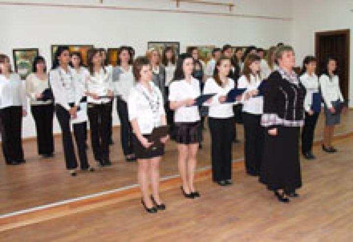 Kész Margit tanárnő és a főiskolások hagyományőrző csapata