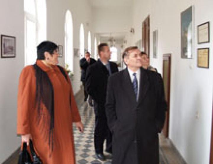 Orosz Ildikó és Kovács Miklós körbevezetik Lezsák Sándort a Rákóczi-főiskola épületében