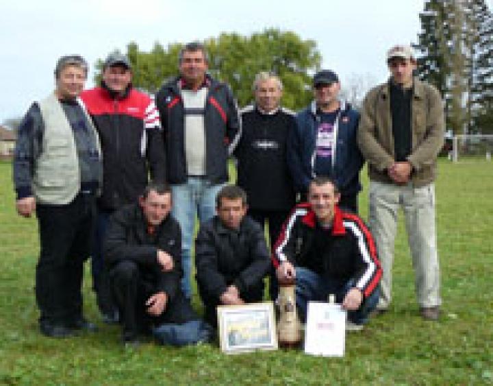 Rácz János (balról az első) és a győztes tiszacsomai csapat