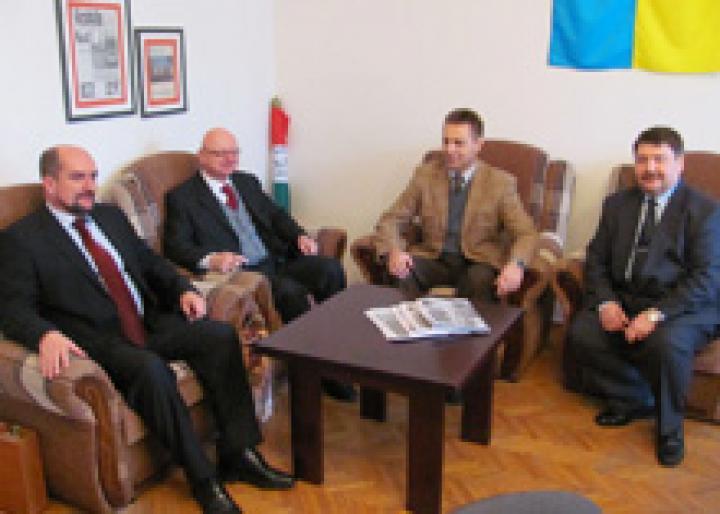Brenzovics László, Bayer Mihály, Kovács Miklós és Bacskai József a KMKSZ ungvári székházában