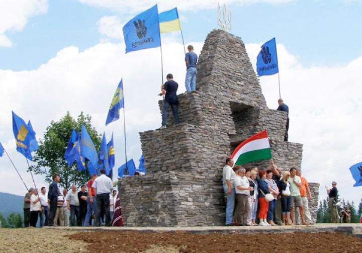 A szvobodások egy magyar turistacsoport jelenlétében tűzték ki a háromágú szigonyt formázó ukrán címert a magyar emlékjel csúcsára